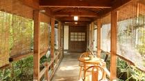 旅館と茶寮清泉亭をつなぐ渡り廊下