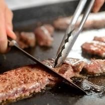 牛肉の鉄板焼きの実演
