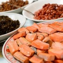 朝食 鮭や煮豆などの和食のお惣菜