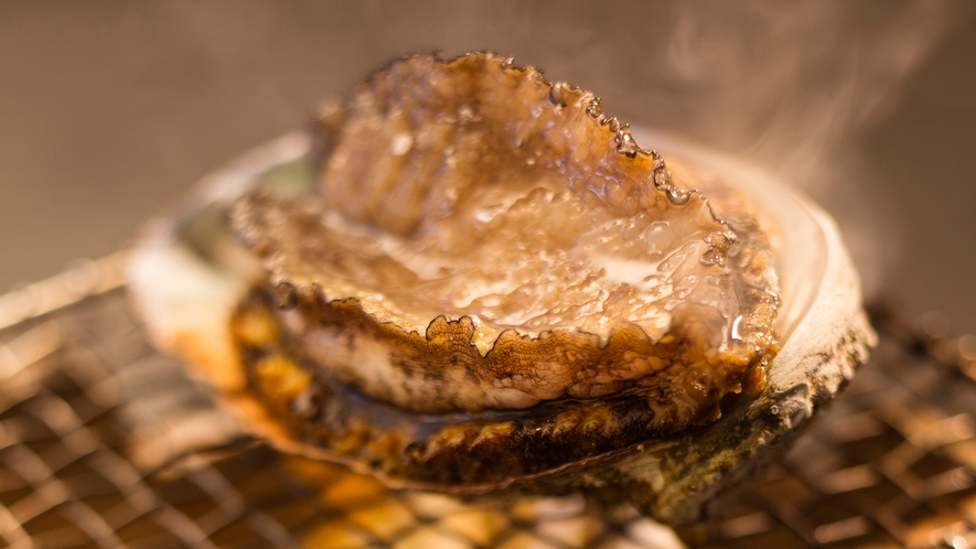 ジュワジュワ~ッ♪と殻から零れ落ちそうな【アワビの踊り焼き】!磯の香りが食欲をそそります♪