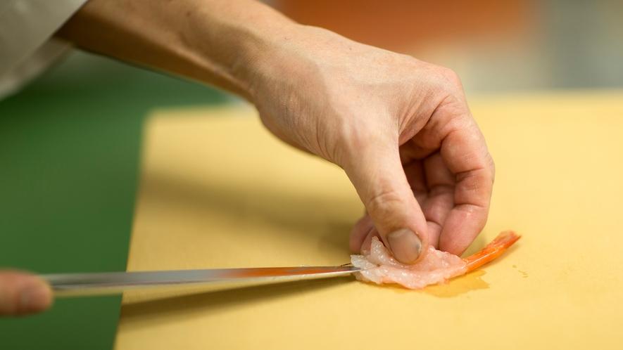 """魚の旨さは""""刃の入れ方""""で変わる。熟練の包丁さばきが新鮮な魚の美味を引き出します★"""