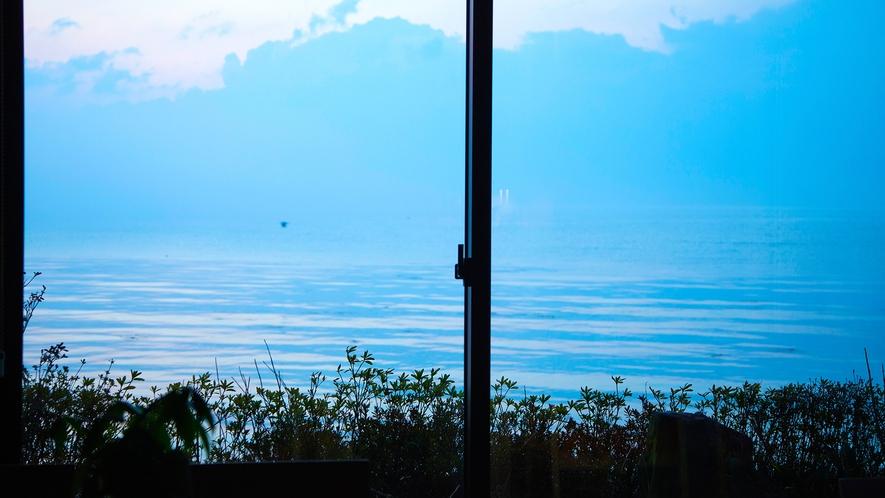 【ラウンジ-わたつみ-】ガラス張りの大きな窓から望む開放的な景色
