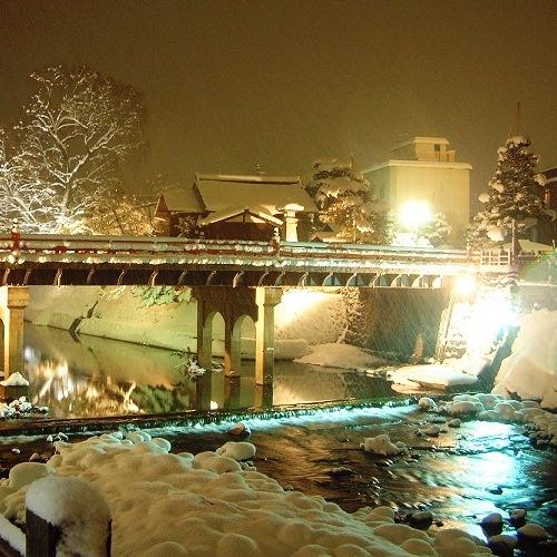 赤い中橋(雪化粧)
