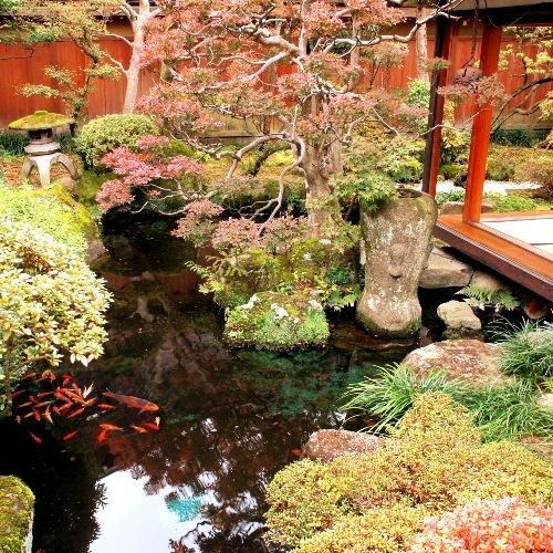 紅葉の当館日本庭園