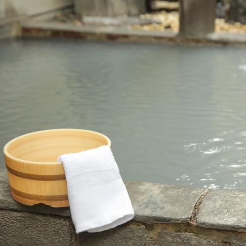 源泉かけ流しの硫黄泉