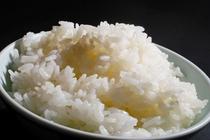 お出ししているお米は全て自家米。精米したてを地元の湧水で炊いています。