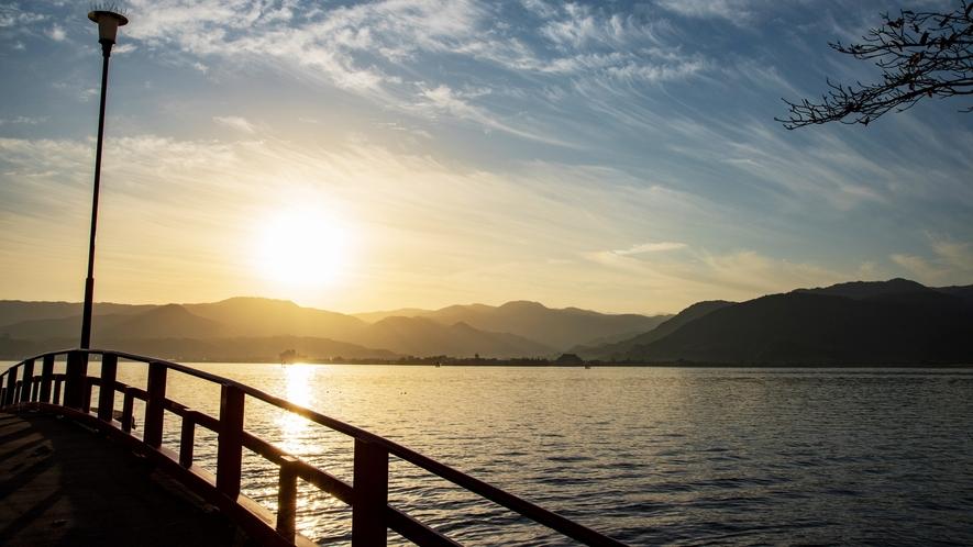 *【庭園】山陰八景のひとつと言われる東郷湖に赤い橋がかかっており、庭園をのんびりお散歩できます!