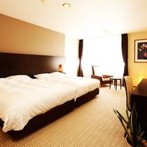 スタイリッシュでモダンなインテリアのリビングと、広いベットルームからなる洋室スイート。