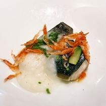 【温魚皿】本日鮮魚のグリル 新玉葱のソース 桜海老 山菜添え