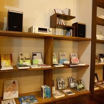 湯河原に縁のある文人の初版本レプリカや、話題の本などが揃っています。