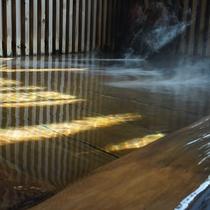 湯けむりが立ち上がる、透明でやわらかい肌触りの湯は、体を芯からポカポカに暖めます。