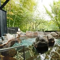 20畳ある貸切露天風呂は、敷地内の自家源泉を掛け流し続ける良質の温泉です。