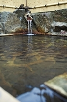 露天風呂-湯口から流れる湯音が心地よい
