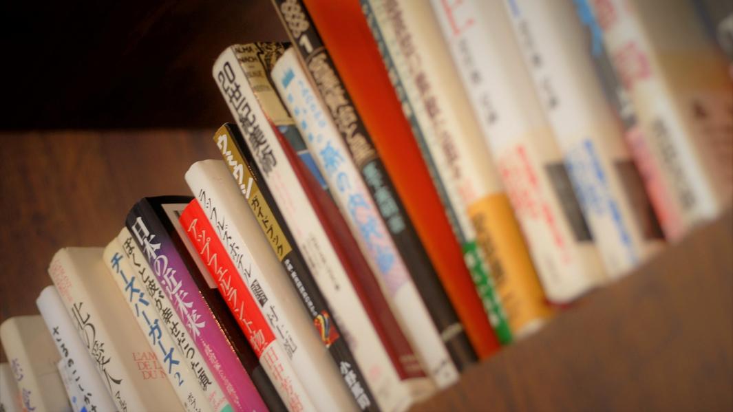 ライブラリーの棚には花庵の「上質な安らぎ」をテーマに集めた書籍もございます。
