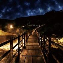 ■地獄谷の遊歩道を照らす「鬼火の路」。幻想的な夜の姿が浮かび上がります。