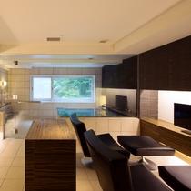 【貸切風呂】テレビやソファ、冷蔵庫付きの休憩室を備えております。まずは湯上りにお寛ぎくださいませ。