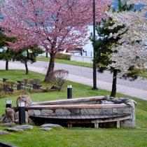 ◇ロビー前の足湯につかりながら春の爽やかな洞爺湖を眺めてはいかがでしょうか