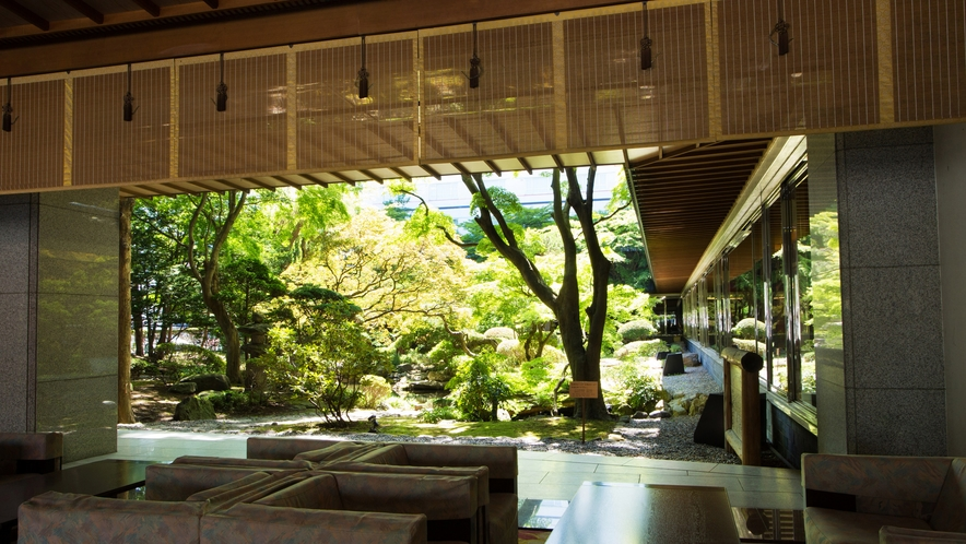 ロビーより眺める日本庭園