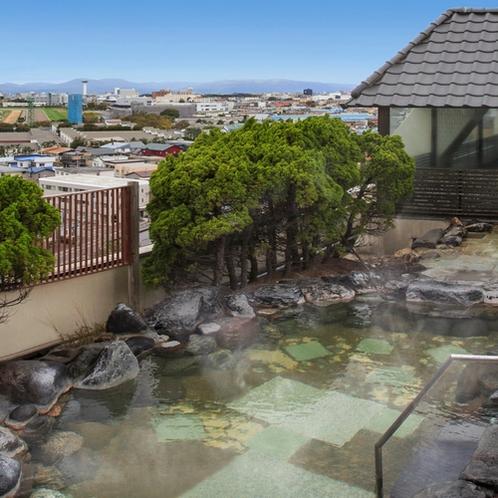 【露天風呂】街並みや遠く函館山も見える最上階の露天風呂。