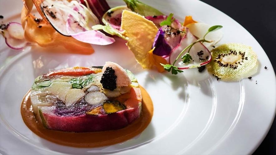 地元摂津の野菜を中心に30種類の素材を別々に調理して最後にプレス仕立てにした山口の代表的なお皿。