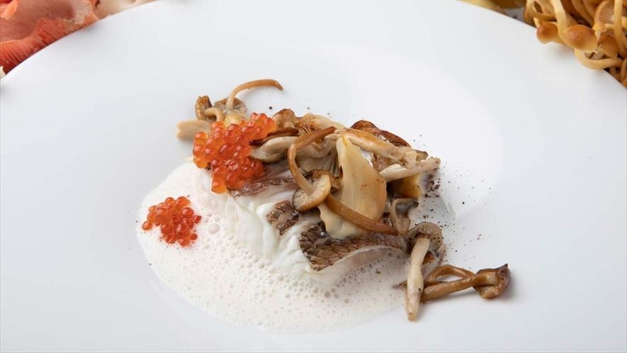 低温でじっくりと火を通した明石鯛が口の中でほろりと身がほぐれる新食感。きのこと根菜の香り。