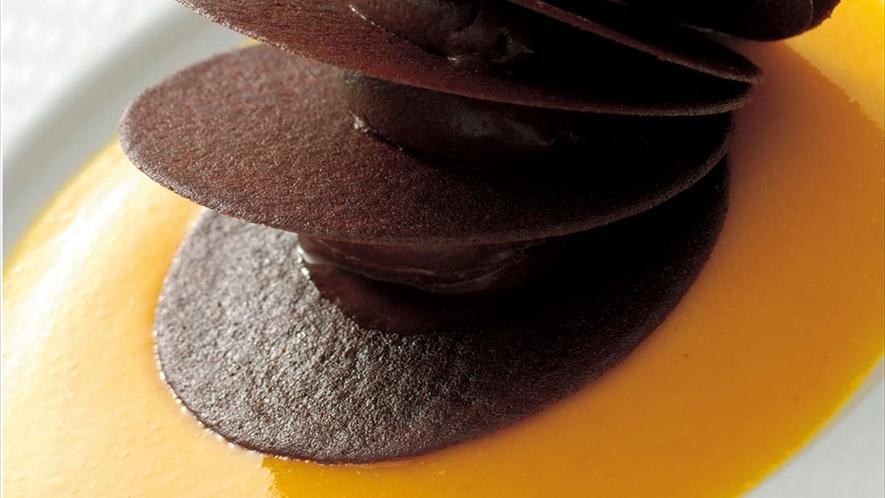 <砂漠のバラ>チョコレートとオレンジ丸ごとソースの王道の取り合わせ。ベルナール・ロワゾースペシャリテ