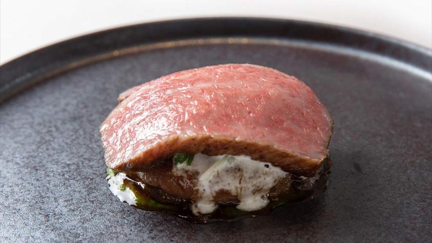 うま味と柔らかさを最大限まで高める調理法で煮込んだすね肉の煮込みと、牛肉を詰めたファルスとロースト。