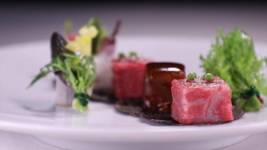 神戸牛ロースのステーキとバラ肉の煮込みを盛り合わせた一皿。最新の調理テクニックを使用したお肉料理。