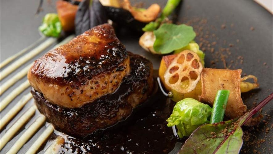 牛フィレ肉のソテーの上に、マッシュルームを煮詰めたデュクセルとフォアグラのステーキが。