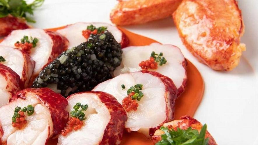 オマール ブルーのサラダ仕立て、粒つぶキュウリとキャビア添え海老味噌のドレッシングソース