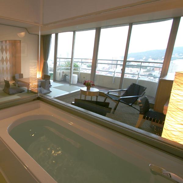 【ガーデンスイート館 足湯付洋和室47平米 ※一例】景色が眺められるガラス張の源泉浴室