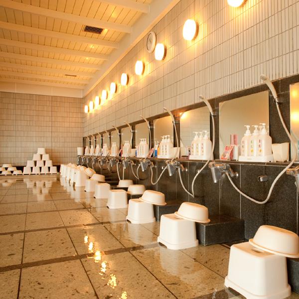 【ゆるかの湯&やんもの湯】洗い場。おみ足の不自由な方向けにプラスチック製の椅子も。