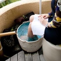 【ガーデンスイート館 足湯付洋和室47平米 ※一例】ベランダの源泉足湯「じんわりあったまる♪」