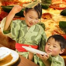 【海鮮ディナーバイキング】「おねぇちゃんピザとって!」トロ~リモッチモチのナポリピッツァ。