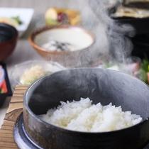【朝食膳】ホカホカ釜飯の薫りにお腹がグゥ~とアピールします。※一例