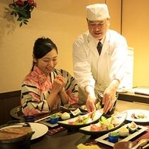聚楽の調理人が目の前で飾りつけるお刺身。舌だけでなく目でも楽しめます