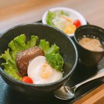 ◆【無料夕食】メニュー一例『ハンバーグ丼』平日&食数限定でご提供♪(内容は季節により異なります)