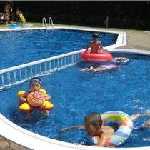 敷地内のプールからビーチまでわずか10m。幼児用のプールのご用意しております。