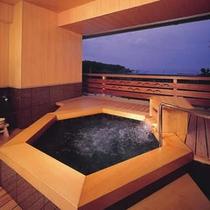 【貸切風呂・和風タイプ】目の前は太平洋!木のぬくもりがやさしい和風造りです。