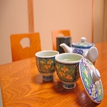 到着後、お部屋をご案内しながらあたたかい伊勢茶をご用意