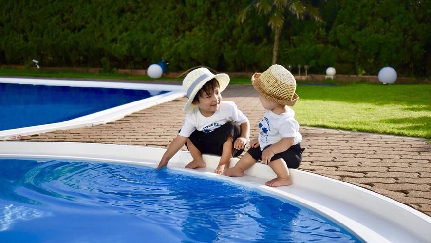 プールサイドで遊ぶ子供たち