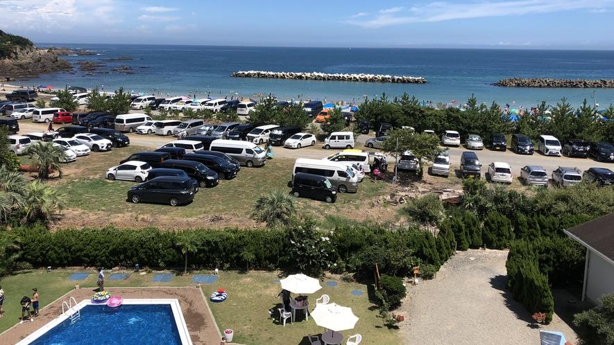 千鳥ヶ浜海水浴場と味の宿みち潮のプール。宿から水着を着たまま海へ行けます。