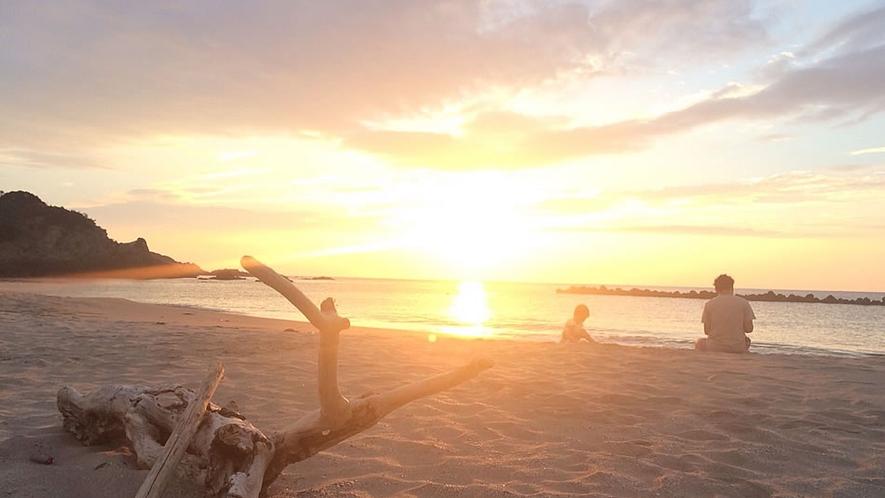 目の前の千鳥ヶ浜は砂浜。