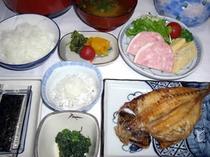 朝食の一例です。ごはんは新潟産こしひかりを使用
