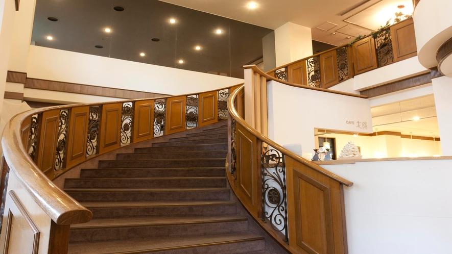 大きならせん階段は、サンパレス球陽館の名物です。