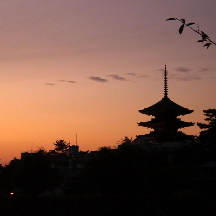 夕暮れにたたずむ興福寺五重塔