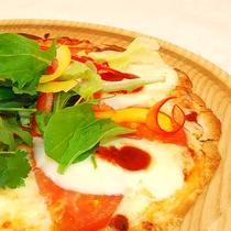 一番人気のいぶりがっこピザ♪カリカリ食感のがっことチーズの相性が抜群の美味しさです!