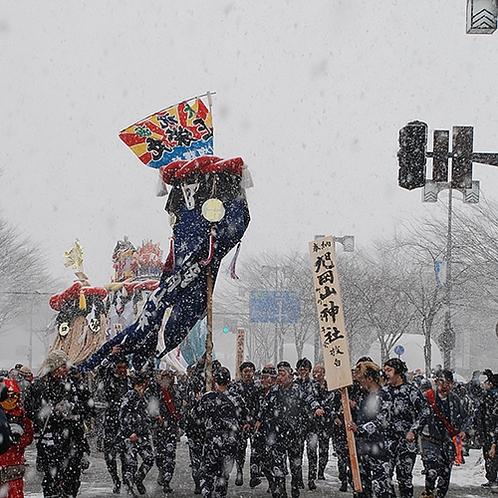 【冬】2月16・17日開催。絢爛豪華な頭飾りが特徴の横手のぼんでん。激しい競り合いの奉納が有名