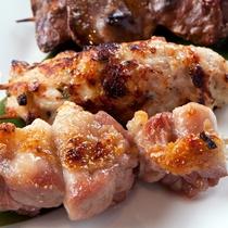 プリプリ&歯ごたえのある比内地鶏の串焼き。ビールにも日本酒にも良く合う一品です!