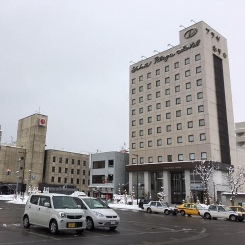 【JR横手駅~当館までの道順①】横手駅東口から外にでて、右側「横手プラザホテル」様の前を通ります